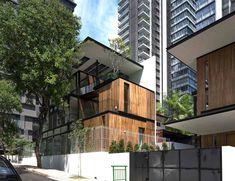 décoration nature et bardage bois massif dans une maison d'architecte à Singapour