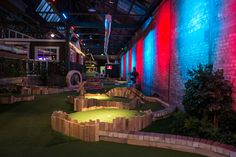 Swingers London - they've taken over a warehouse near Old Street, London to bring you a pop-up comprising a crazy-golf course, two cocktail drenched Clubhouse bars, and a diner serving street-food from some of London's most exciting vendors. Indoor Miniature Golf, Indoor Mini Golf, Crazy Golf London, Best Bars London, Golf Bar, Weekend In London, London Winter, Old Street, Street Food