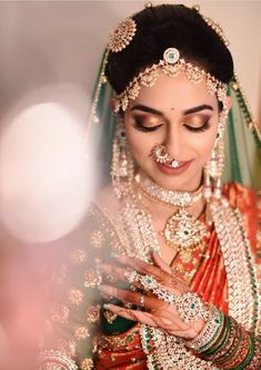 Hochzeit South Indian Bridal Makeup: Brides Who Totally Rocked This Look Alpi – Wandbehang South Indian Bridal Jewellery, Indian Bridal Sarees, Indian Bridal Fashion, Indian Bridal Makeup, Bridal Jewelry, Gold Jewellery, Wedding Makeup, Gold Bangles, South Indian Makeup