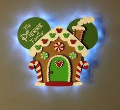 ¡Prepárate para tu próximo crucero de Navidad de Disney con nuestras decoraciones de puertas de madera hechas a mano que se iluminan! Estos recuerdos únicos están creados a partir de varias piezas de madera, por lo que parece que Mickey está hecho de pan de jengibre. Cada uno está pintado a mano y Disney Christmas Crafts, Disney Christmas Decorations, Mickey Mouse Christmas, Disney Crafts, Deco Disney, Disney Diy, Christmas Gingerbread House, Merry Christmas, Christmas Baby