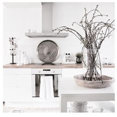 White, simple and rustic. Kitchen Nook, Kitchen Decor, Kitchen Design, Dining Room Design, Interior Design Living Room, Home Interior, Kitchen Interior, Cozinha Shabby Chic, Transitional Decor