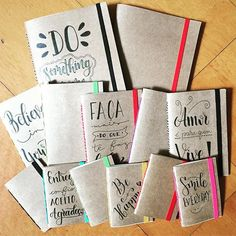 Fábrica de caderninhos! ❤️ Agora em 3 tamanhos: mini (7x10cm), pequeno (10x15cm) e médio (15x21cm)  #lettering #handlettering #brushlettering #brushpen #handmade #craft #moleskine #notebook #caderno #quadriculado #pautado #sempauta #posca #tombow #koi #sakura #oficinafu
