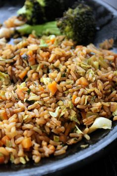 Leek, Carrot, Cabbage Fried Rice Recipe with fresh ginger and soy sauce Side Dish Recipes, Rice Recipes, Asian Recipes, Great Recipes, Vegetarian Recipes, Healthy Recipes, Ethnic Recipes, Turkey Recipes, Healthy Meals