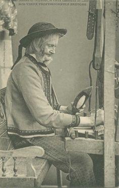 Ronan Ar Guyader, tisserand à Locronan. Tout comme celui de fileuse, le travail de tisserand n'est pas non plus spécifique à la Bretagne. Le tissage du lin et du chanvre a cependant fait les beaux jours de ports bretons au XVIIe et XVIIIe, grâce à l'exportation de toiles (draps, chemises, voiles de bateaux…). A l'époque de cette postale (fin XIXe, début XXe), l'activité de tissage en Bretagne est alors bien moindre. (AD29, 2 Fi 303/536)