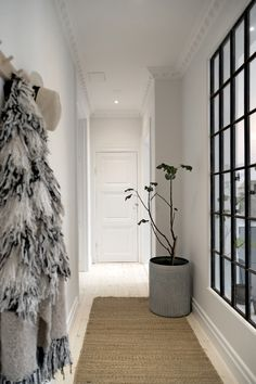The dream floor that crashes the turn of the century and minimalism in the perfect way! Interior Design Living Room, Living Room Decor, Bedroom Decor, Living Spaces, Modern Hall, Industrial Windows, Arch Interior, Relax, Helsingborg