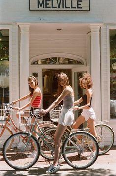 Vintage Bike Girl Friends Ideas For 2019 Summer Aesthetic, Aesthetic Vintage, Purple Aesthetic, Shooting Photo Amis, Fotografia Retro, Ideas Para Photoshoot, 1990 Style, Shotting Photo, Vintage Outfits