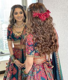 indian fashion This Bride Rocked The Most Unique Lehenga In A Contemporary Style! Indian Bridal Hairstyles, Indian Bridal Outfits, Indian Bridal Fashion, Lehenga Hairstyles, Open Hairstyles, Indian Bridal Lehenga, Indian Gowns Dresses, Indian Fashion Dresses, Indian Designer Outfits