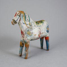 DALA HORSE, late 19th century, Sweden. DALAHÄST, 1800-talets slut. Bemålad och skulpterad. Höjd ca 26,5 och längd ca 26 cm.