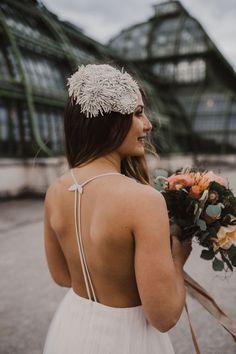 fließendes Brautkleid aus Tüll, leichtes Hochzeitskleid aus Softtüll, tiefer Rückenausschnitt / Foto: www.amonbarbara.com Backless, Crown, Bridal, Dresses, Fashion, Photos, Wedding Dress, Moda, Corona