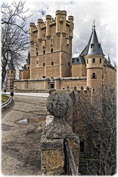 El Alcazar de Segovia, Spain. Es impresionante y precioso. Si vas tienes que verlo todo así que prepárate para subir los 152 peldaños de la torre... merece la pena.