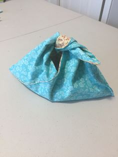 Are we really still talking about Bento Bags? After trial and error, I have devised a method to making lined, reversible bento bags using one-third the fabric of the last tutorial that … Bento, Sewing Tutorials, Sewing Projects, French Seam, Craft Bags, Straight Stitch, Diy For Girls, Bellisima, Hand Stitching