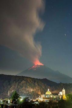 La ciudad de Puebla y el volcán Popocatépetl