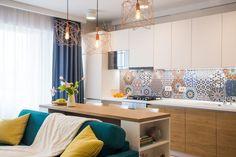 Fiatalos lakberendezés egy pár új modern kétszobás lakásában - világos nappali, intimebb, sötét szín a hálószobában, két fürdő