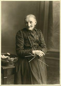 Photo du studio vintage magnifique portrait dune vieille dame posant avec ses aiguilles à tricoter et la laine. Dans son dossier dorigine.  Dossier : 7,3 « x 9,5 » (18,5 x 24,1 cm) Photo : 4,1 x 5,7 po (10,5 x 14,6 cm)  Condition : excellent.  Pour plus de photos vintage de toutes sortes, jetez un oeil à mon magasin ! http://grainsofbrussels.etsy.com/  ∞∞  Me contacter pour des demandes et des questions maritimes, Bruxelles ramasser si vous arrive dêtre autour et toute autre question ou…