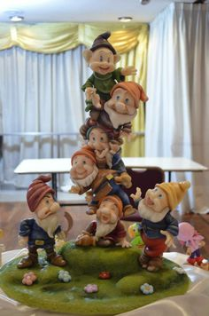 LOS SIETE ENANITOS Polymer Clay Projects, Clay Crafts, Diy And Crafts, Fimo Disney, Pixar, Carousel Cake, Gravity Cake, Snow White Birthday, Snow Girl