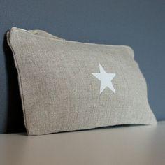 Trousse en lin avec une étoile blanche.
