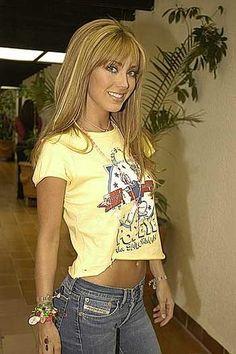 Olá+pessoal+!+Como+anda+ai+o+feriadão+de+vocês!?+ <BR>Vejam+que+linda+essa+foto+da+Anahi+de+amarelo+que+gracinha+rs!++Muito+fofa+esse+cordão+dela+:D <BR>Bem+gente+então+é+isso...+kisses!+ <BR>Bom+domingo+para+vocês!+ +_anahi