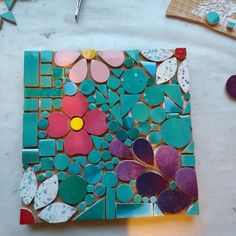 Taller básico de mosaico #talleres#maocmosaicos#hechoamano Mosaic Tray, Mosaic Glass, Mosaic Tiles, Tile Crafts, Mosaic Crafts, Mosaic Designs, Mosaic Patterns, Mosaic Windows, Mosaic Art Projects