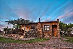 Avontuurlustige pasgetroudes kan aandoen by dié wittebroodsuite op 'n wildplaas in Bloemfontein Big Sky Country, Spa, Cabin, House Styles, Home, Cabins, Ad Home, Cottage, Homes