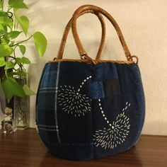 Sashiko Embroidery, Embroidery Bags, Folk Embroidery, Japanese Embroidery, Hand Embroidery Stitches, Hand Embroidery Designs, Boro Stitching, Japanese Bag, Kantha Stitch