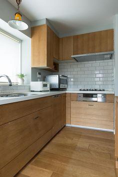 作業スペースの広いL字型キッチンは、料理が好きな方には人気の形です。シンクとコンロの距離が短く、動線に無駄がないため、作業効率を上げて短時間で調理したい方にも… Japanese Kitchen, Japanese House, Kitchen Pantry, Kitchen Cabinets, Natural Interior, Home Kitchens, Small Kitchens, Home Renovation, Kitchen Design