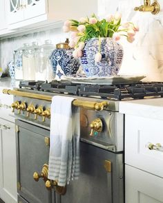 A wonderful example of how to add blue and white Chinoiserie to your kitchen. The gas stove is gorgeous. Smart Kitchen, New Kitchen, Kitchen Ideas, Summer Kitchen, Interior Exterior, Interior Design Kitchen, Modern Interior, Luxury Kitchens, Cool Kitchens
