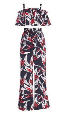 De Stay Wild Two Piece in de kleur zwart heeft een highwaist broek met wijde pijpen en een croptop. Combineer de two piece met een paar high heels voor de perfecte outfit bij elke gelegenheid!