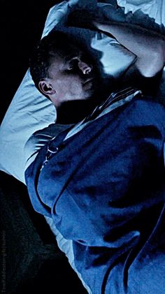 Tom Hiddleston sleeping. Gif-set (by tomhiddleston-gifs.tumblr): http://tomhiddleston-gifs.tumblr.com/post/152091289129/tom-hiddleston-sleeping
