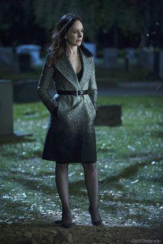 Revenge - Serie TV - moda - look - style - estilo - inspiration - inspiração - fashion - dress - vestido -  casaco - coat - Diane von Furstenberg - elegante - elegant - shoe - scarpin - sapato - preto black - Manolo Blahnik - meia calça - pantyhose - Victoria Grayson (Madeleine Stowe)