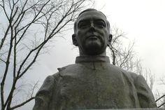 No Jardim Municipal existe o busto do Dr. Francisco Barbosa que foi executado pelo Leopoldo de Almeida e erigido em 1968 - Rio Maior | Portugal