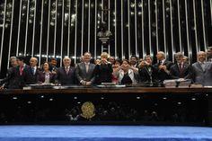 Xuxa Meneghel se emociona ao lado de Renan Calheiros (PMDB-AL) na aprovação da Lei Menino Bernardo (04/06/2014). Foto: Jonas Pereira