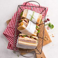 Sendviș cu ou, brânză, carne și roșii Bbq, Picnic, Toast, Dairy, Cheese, Cooking Ideas, Food, Salads, Cooking