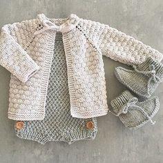 Kittfargen i Lille Lerke blir jeg aldri lei Knitting Patterns for Baby Knitting For Kids, Baby Knitting Patterns, Baby Patterns, Wind Up Doll Costume, Crochet Baby Blanket Beginner, Pretty Little Dress, Baby Sweaters, Sweaters Knitted, Knitted Baby Cardigan