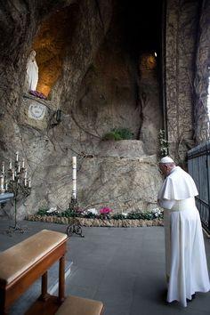 Pape François - Pope Francis - Papa Francesco - Papa Francisco - A la grotte de Lourdes du Vatican
