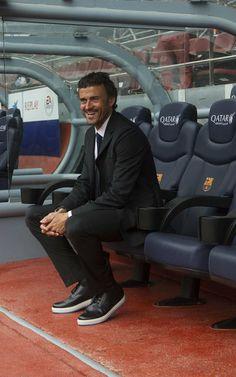Luis Enrique posa sentado en el banquillo del Camp Nou
