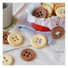 誰でも簡単にできちゃう、素朴でかわいい「ボタンクッキー」の作り方をご紹介します♡かわいいボタンの形にするのに大活躍してくれるのはアレだった!!ボタンクッキーなんて難しそうと思うかもしれませんが、ここでは簡単に作れる方法をご紹介します!紅茶のお供にかわいらしいボタンクッキーをどうぞ♪ 簡単かわいいボタンクッキー♪あなたも思わずひもを通したくなっちゃうかも?(chiho)