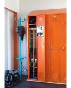 Ideia de um Locker na função de sapateira. http://ift.tt/1oztIs0 Pinterest:  http://ift.tt/1Yn40ab |Imagem não autoral|