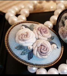대구 앤의프랑스자수 장미의 계절 원데이클래스 우리는 흔히 오월을 계절의 여왕이라고 합니다. 장미 또한 ... Embroidery Works, Crewel Embroidery, Embroidery Designs, Brazilian Embroidery, Handicraft, Needlepoint, Diy And Crafts, Cross Stitch, Textiles