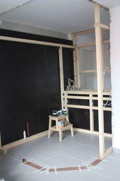 DIY // Sauna selber bauen: Holzkonstruktion für den Wandschrank unterhalb der Saunabank | familiethimm.de Diy Sauna, Education Humor, Art Education, Interior Garden, Interior Design, Design Design, Garden Pool, Wedding Art, Pool Designs