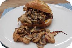 Op dit eetdagboek kookblog : Broodje Kip met Champignons - Ingrediënten: 1 kipfilet, kipkruiden, 1 rode ui, 125 gram champignons, 2 broodjes, pompoenhummus, Aantal personen: 2 Snijd 1 kipfilet in reepjes en wrijf i