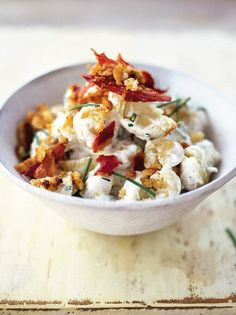 Nova salada de batata com creme azedo, cebolinha e pancetta