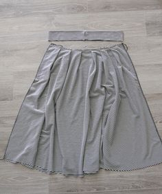 How to make a pleated midi skirt pattern in any size - Midi Skirts - Ideas of Midi Skirts- Easy pleated midi skirt sewing tutorial. This is made with knit fabric and an elastic waistband so it's super quick to make! Dress Sewing Tutorials, Skirt Patterns Sewing, Clothing Patterns, Skirt Sewing, Fabric Sewing, Pattern Sewing, Pattern Fabric, Pleated Skirt Pattern, Pleated Midi Skirt