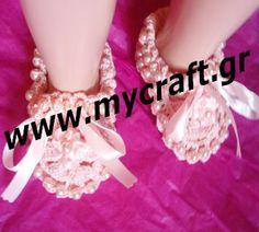 Ροζ μωρουδίστικα παπουτσάκια, ιδανικά και για βάφτιση, με πέρλες πλεγμένες μαζί με το παπούτσι και όχι ραμμένες για ασφάλεια του μωρού. Pink baby girls shoes ideal for christening, with perls knitted with the shoe.