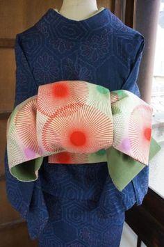 Hanhaba obi used for [ yet to be determined ] musubi ? Yukata, Furisode Kimono, Kimono Fabric, Japanese Textiles, Japanese Fabric, Japanese Kimono, Geisha, Traditional Kimono, Traditional Dresses