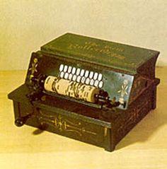"""GEM ROLLER ORGAN   El órgano de cilindro o rodillo Gem, similar en su funcionamiento a los órganos de cilindro europeos, se anunciaba desde su origen como """"The new american roller organ"""" y se ofrecía como un instrumento capaz de tocar perfectamente marchas, valses, polkas, jigs, reels, fragmentos de óperas, canciones populares y música de iglesia. Según la publicidad de la época, podía competir con ventaja las posibilidades y precios de las cajas de música suizas y francesas que costaban 100…"""