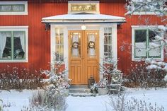 Inglasad veranda. Foto: Erika Åberg Exterior Doors, Exterior Paint, Interior And Exterior, Swedish Cottage, Swedish House, Porch Veranda, Stockholm, House Painting, House Colors