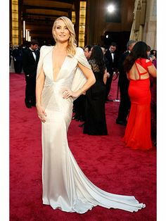 """Kate Hudson looking very """"Old Hollywood"""" on the Red Carpet at the 2014 Oscars.  But ouch! ---  that woman in red behind her!"""