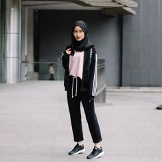 Pin by farah on hijab style hijab fashion hijab outfit fashion. Hijab Casual, Ootd Hijab, Hijab Chic, Hijab Elegante, Hijab Fashion Casual, Casual Shoes, Sport Fashion, Trendy Fashion, Girl Fashion