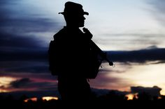 A moment for beauty during training (U. Marine Corps photo by Lance Cpl. Military News, Military Veterans, Military Service, Military Life, Soldier Silhouette, Parris Island, Once A Marine, Military Training, Us Marines