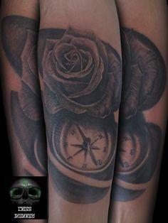 Tattoo rosa brujula sombras black and grey